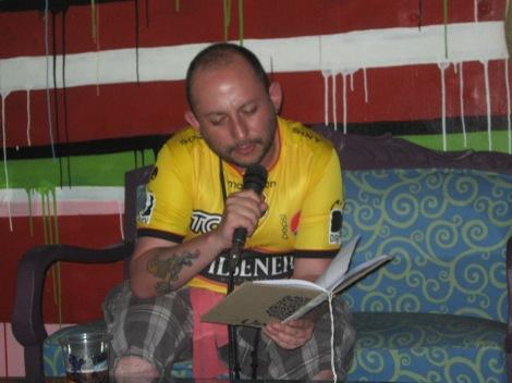Lectura en el Cholo Art de Lima... como no podía ser de otra forma, la poesía se declama mejor con la gloriosa camiseta del Barcelona Sporting Club.