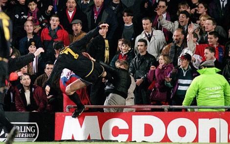 Eric Cantona y su patada voladora a un hincha del Crystal Palace.